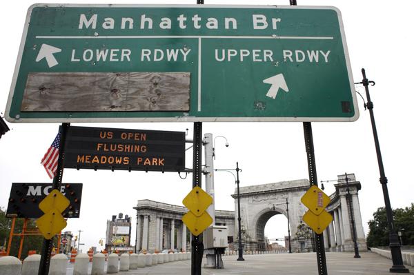Sign to the Manhattan Bridge in Chinatown, NYC